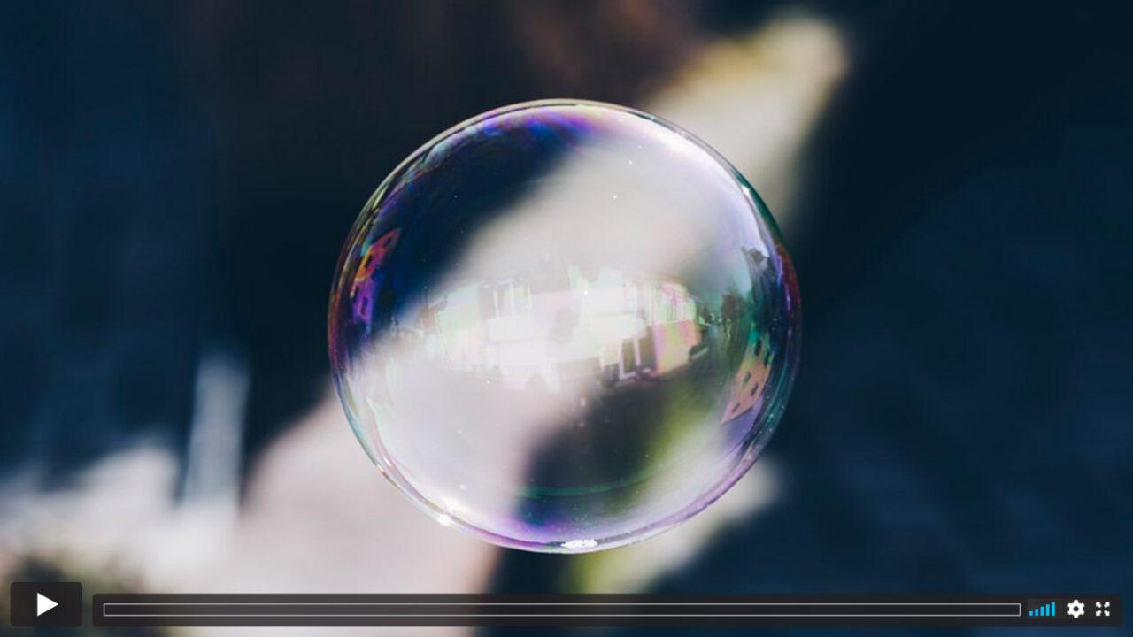 Eine schwebende Seifenblase.