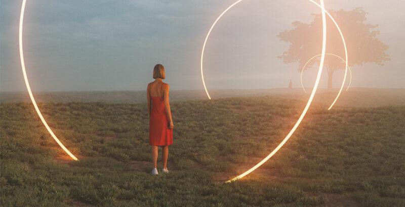Eine Frau auf einer Wissen, umgeben von hell leuchtenden Kreisen.