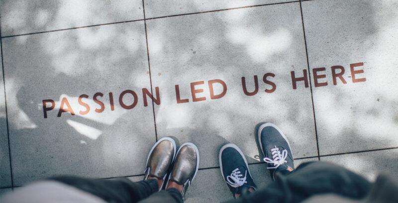 """Die Schrift """"Passion led us here"""" auf Fliesenboden geschrieben."""