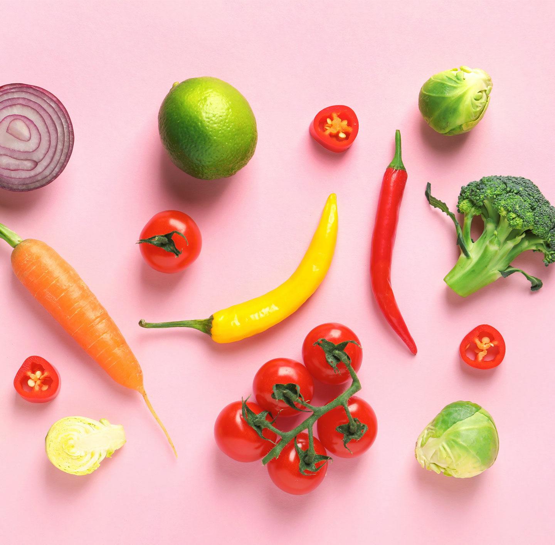 Gemüse auf einem pinken Hintergrund.