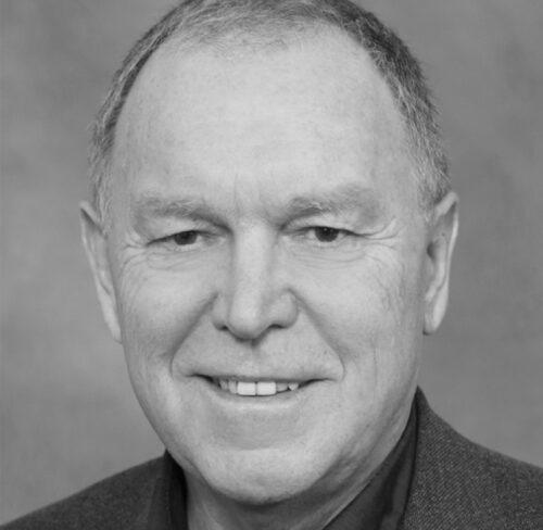 Schwarz-Weiß-Portrait von Dr. Ellis Huber.