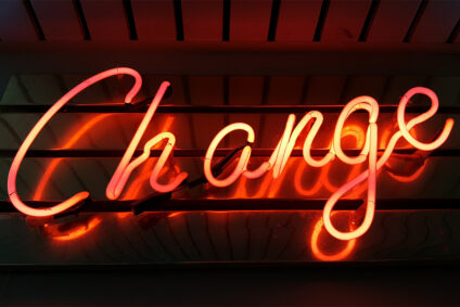 """Schriftzug """"Change"""" aus Neonleuchten."""