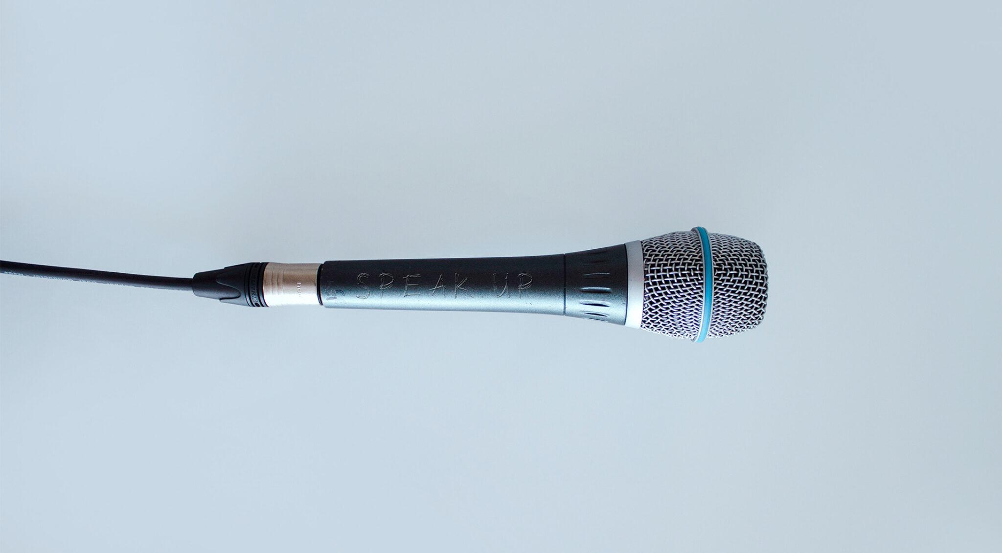 Ein Mikrofon.