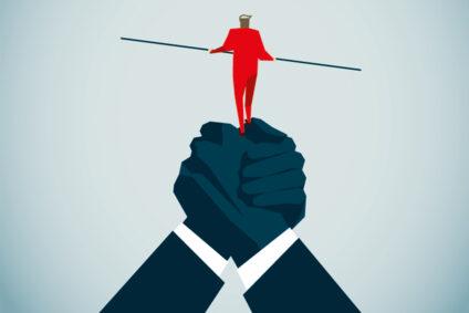 Illustration von zwei Händen, auf denen eine Figur balanciert.