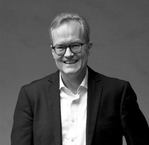 Schwarz-Weiß-Portrait von Prof. Dr. Mathias Pfeil.