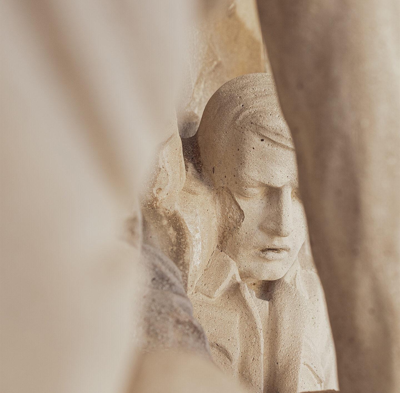 Gesicht einer steinernen Statue.