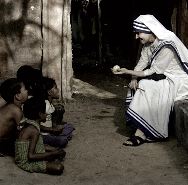 Aufnahme von Mutter Teresa mit Straßenkindern.