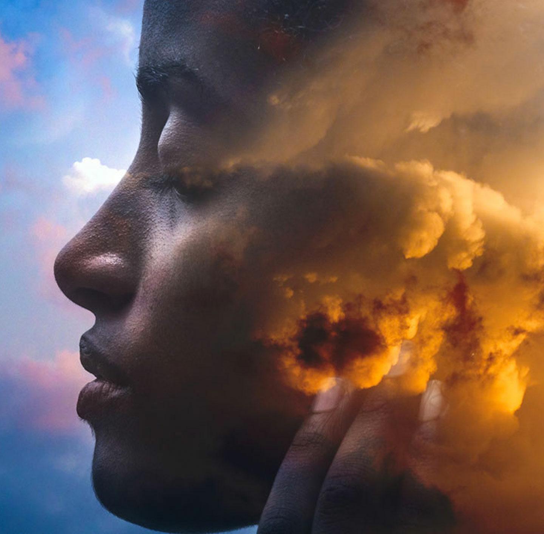 Aus einer Wolke formt sich das Gesicht einer Frau.