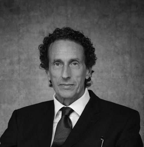 Schwarz-Weiß-Portrait von Dr. Julian Nida-Rümelin.