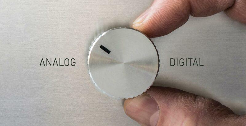 """Jemand stellt einen Regler von """"Digital"""" auf """"Analog""""."""