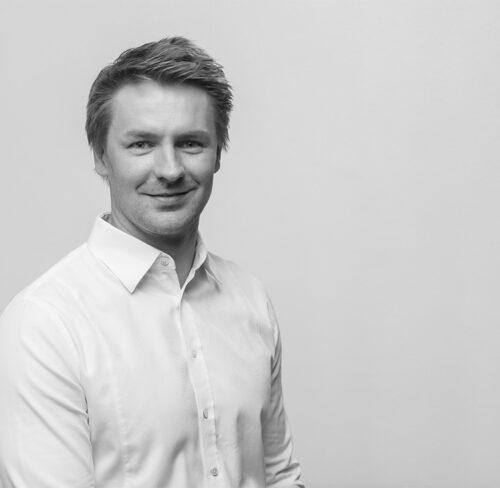 Schwarz-Weiß-Portrait von Philipp Pukowski.