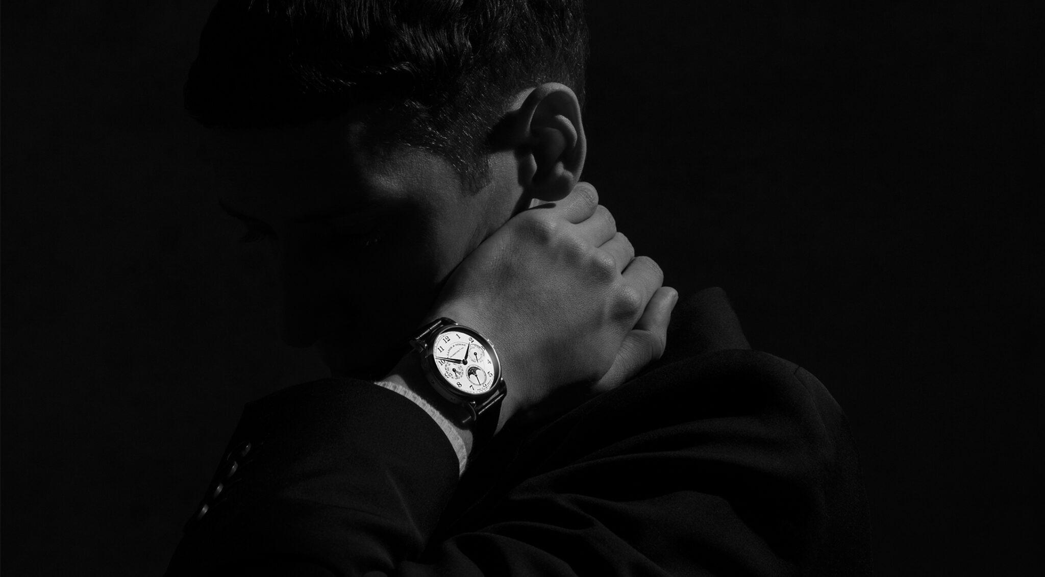 Mann mit Armbanduhr.