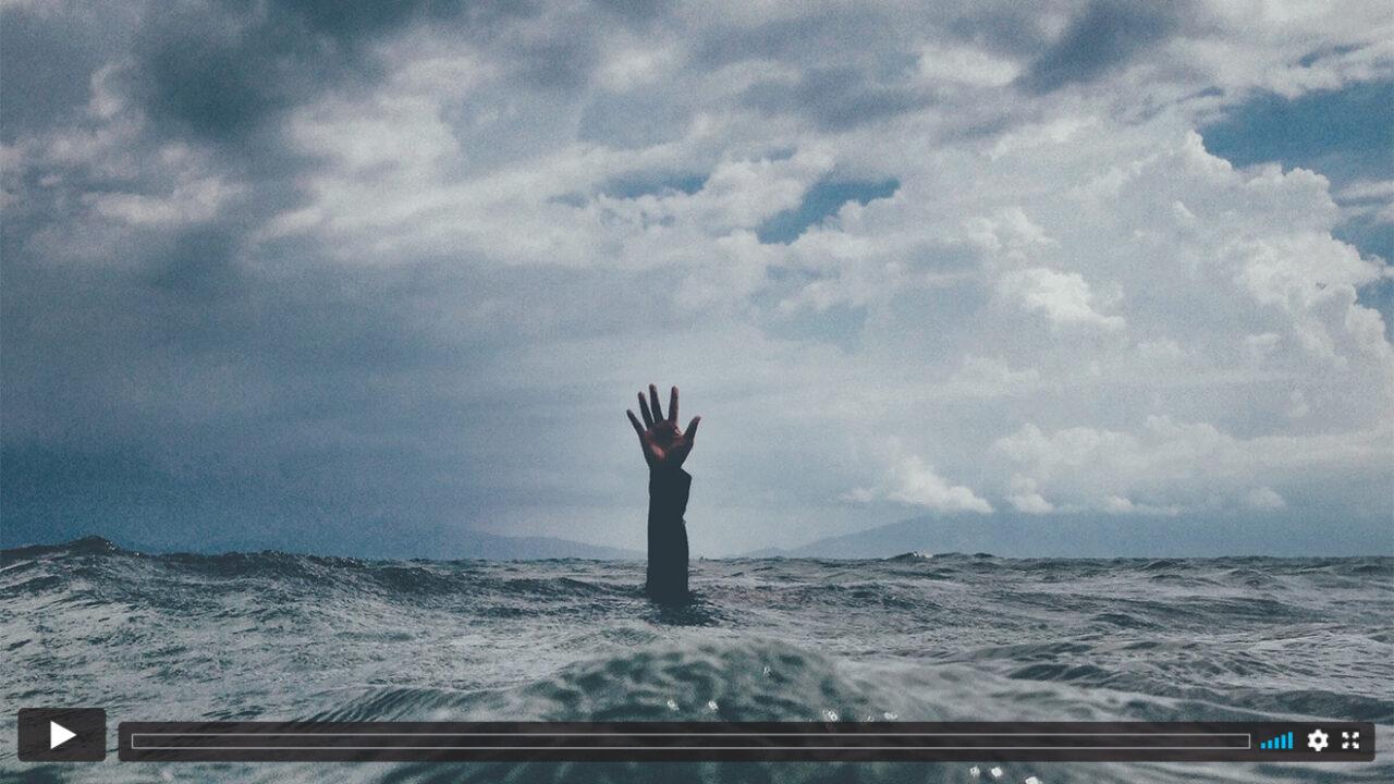 Ein Arm wird aus dem Meer empor gehoben.