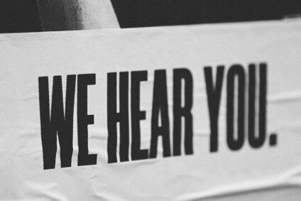 """Schriftzug """"We hear you""""."""