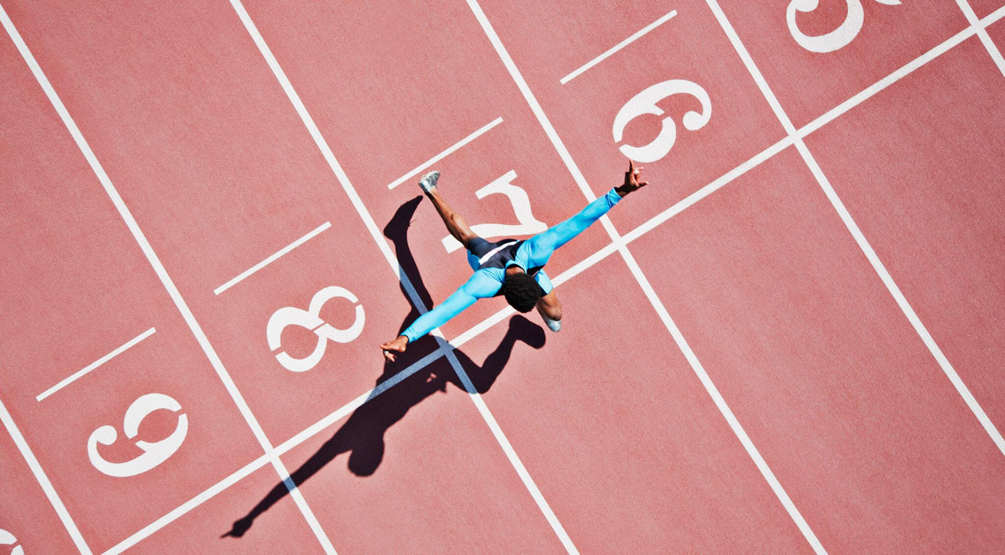 Läufer auf der Laufbahn aus der Vogelperspektive.