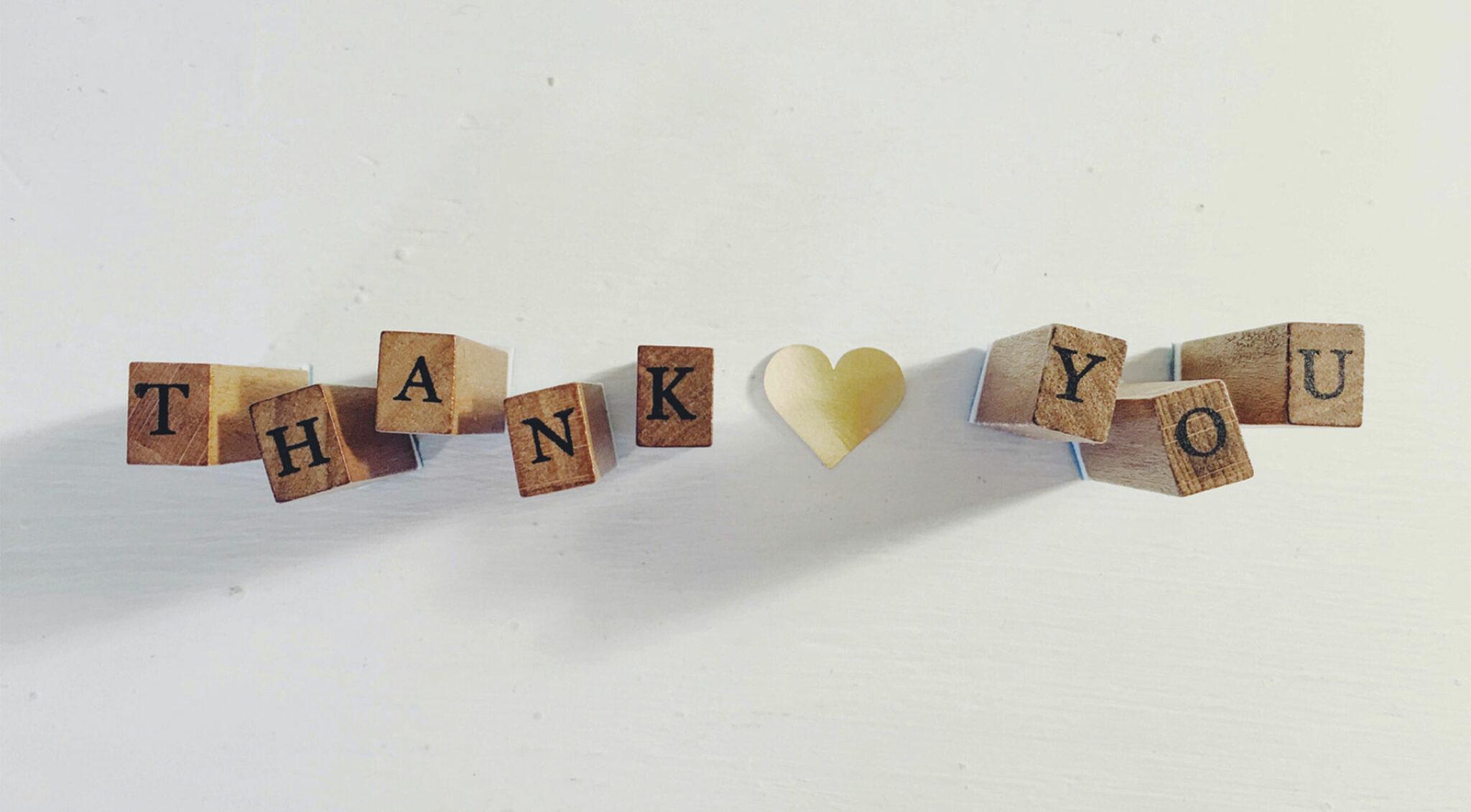 "Holzwürfel bilden den Satz ""Thank you""."