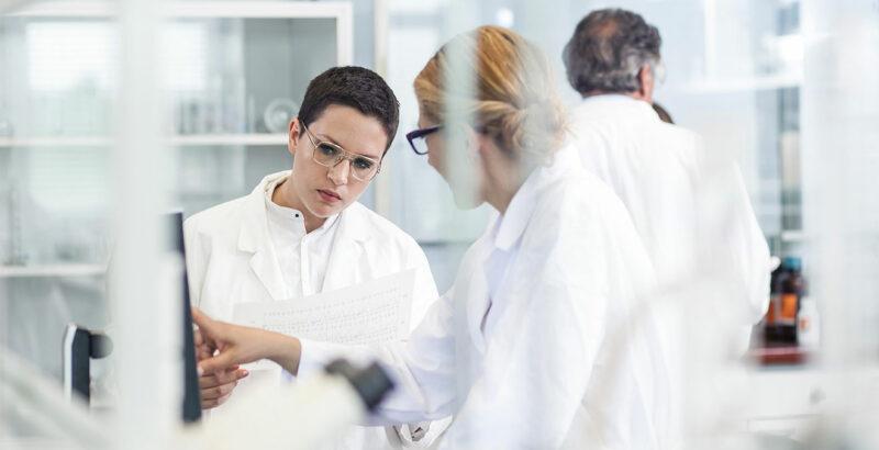 Zwei Ärztinnen besprechen sich im Labor.