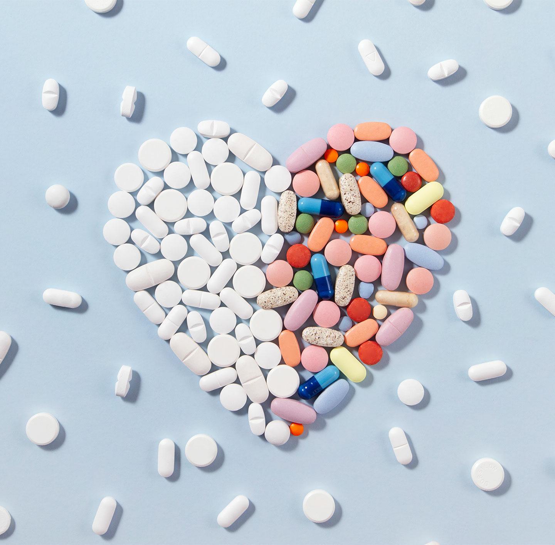Ein Herzen aus Tabletten gelegt.