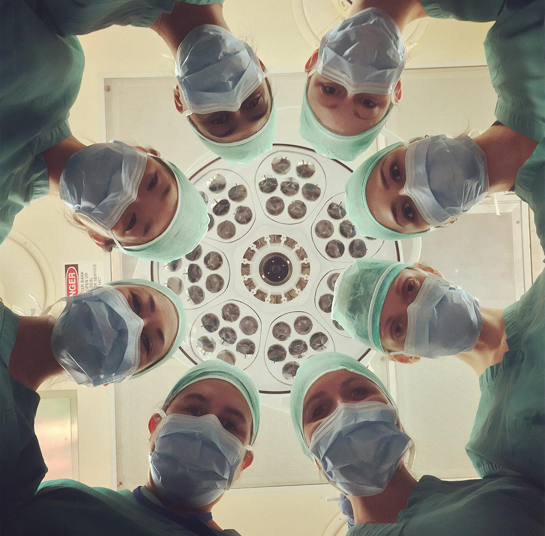 Blick von unten auf Ärzte im Operationssaal.