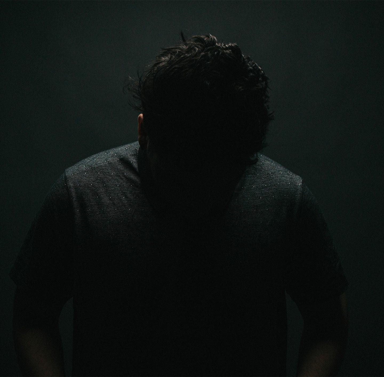 Mann in einem dunklen Raum.