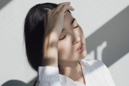 Asiatische Frau mit geschlossenen Augen.