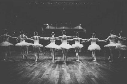 Schwarz-Weiß-Bild von Ballettänzerinnen.