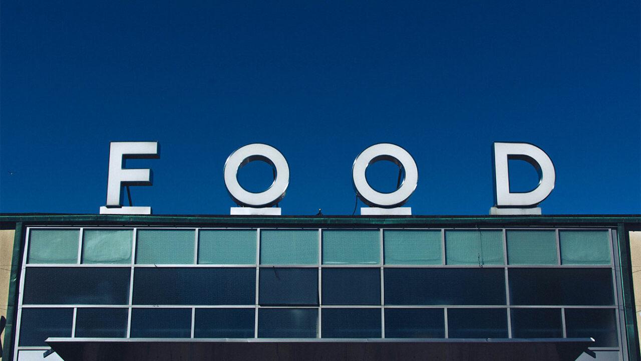 """Buchstaben bilden das Wort """"FOOD"""" auf einem Gebäude."""