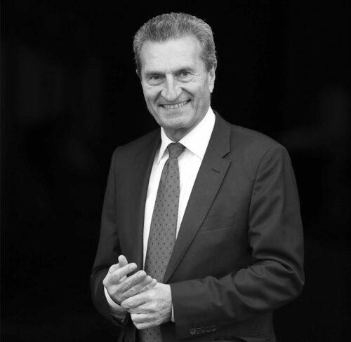 Schwarz-Weiß-Bild von Günther Oettinger.