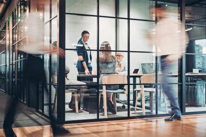 Mehrere Menschen in einem modernen Büro.