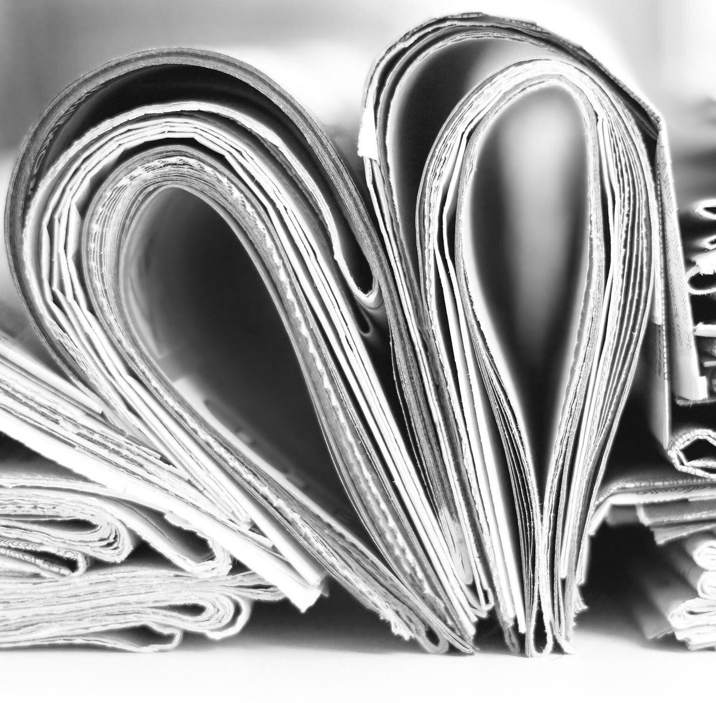 Ein Herz aus Zeitungen.