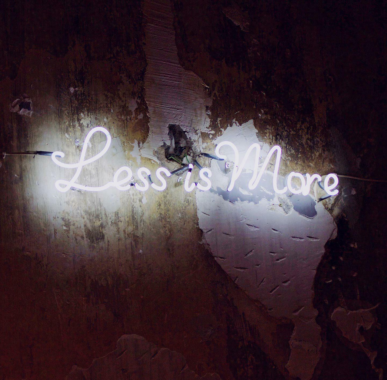 """Neonschrift mit der Aussage: """"Less is more""""."""