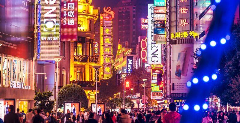 Beleuchtete Straße einer chinesischen Großstadt.