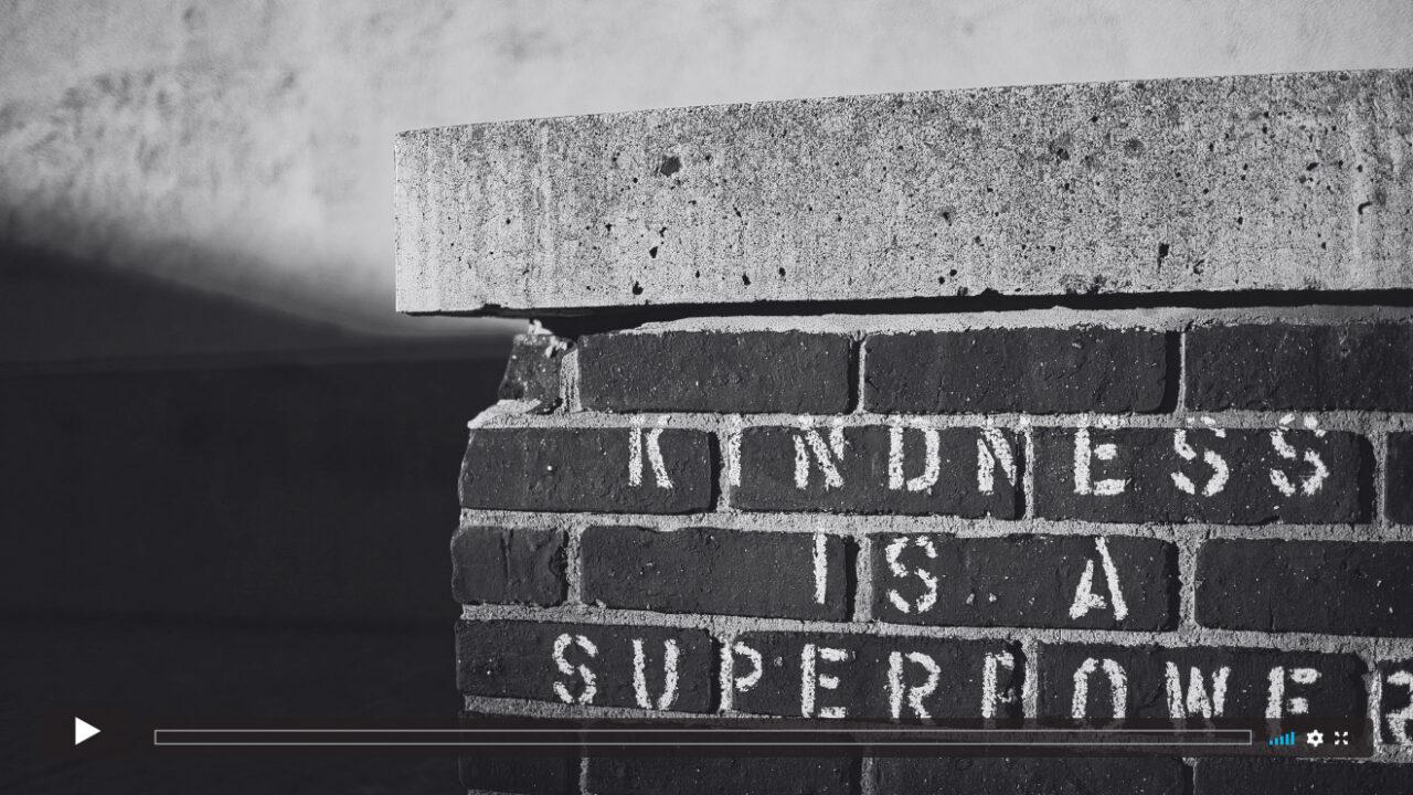 Mauer mit der Aufschrift: Kindness is a superpower.