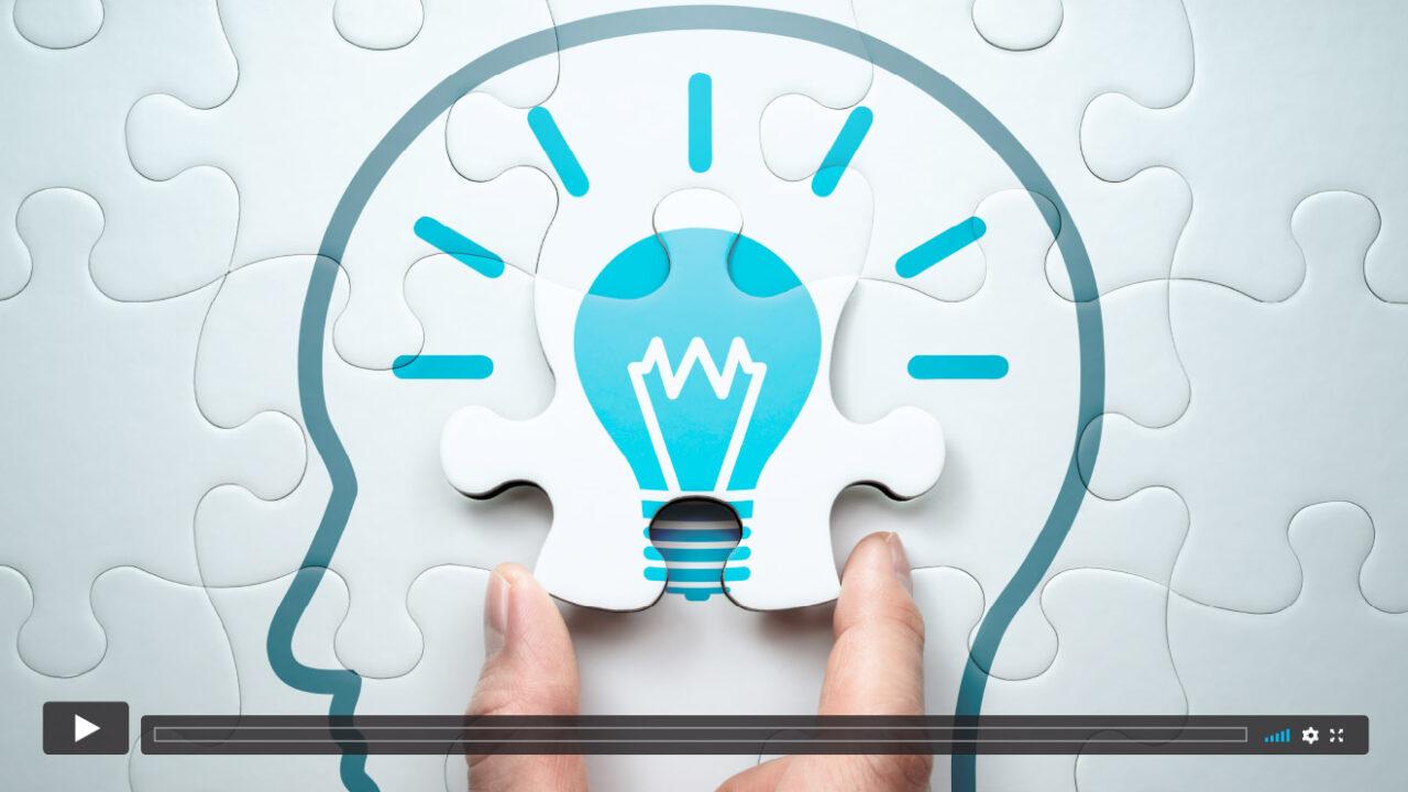 Puzzle eines gezeichneten Kopfes mit einer erleuchteten Glühbirne.