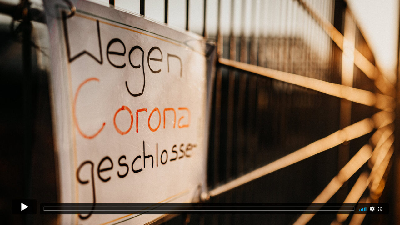 "Zaun mit Schild ""Wegen Corona geschlossen""."
