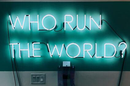 "Leuchtschrift: ""Who run the world?"""
