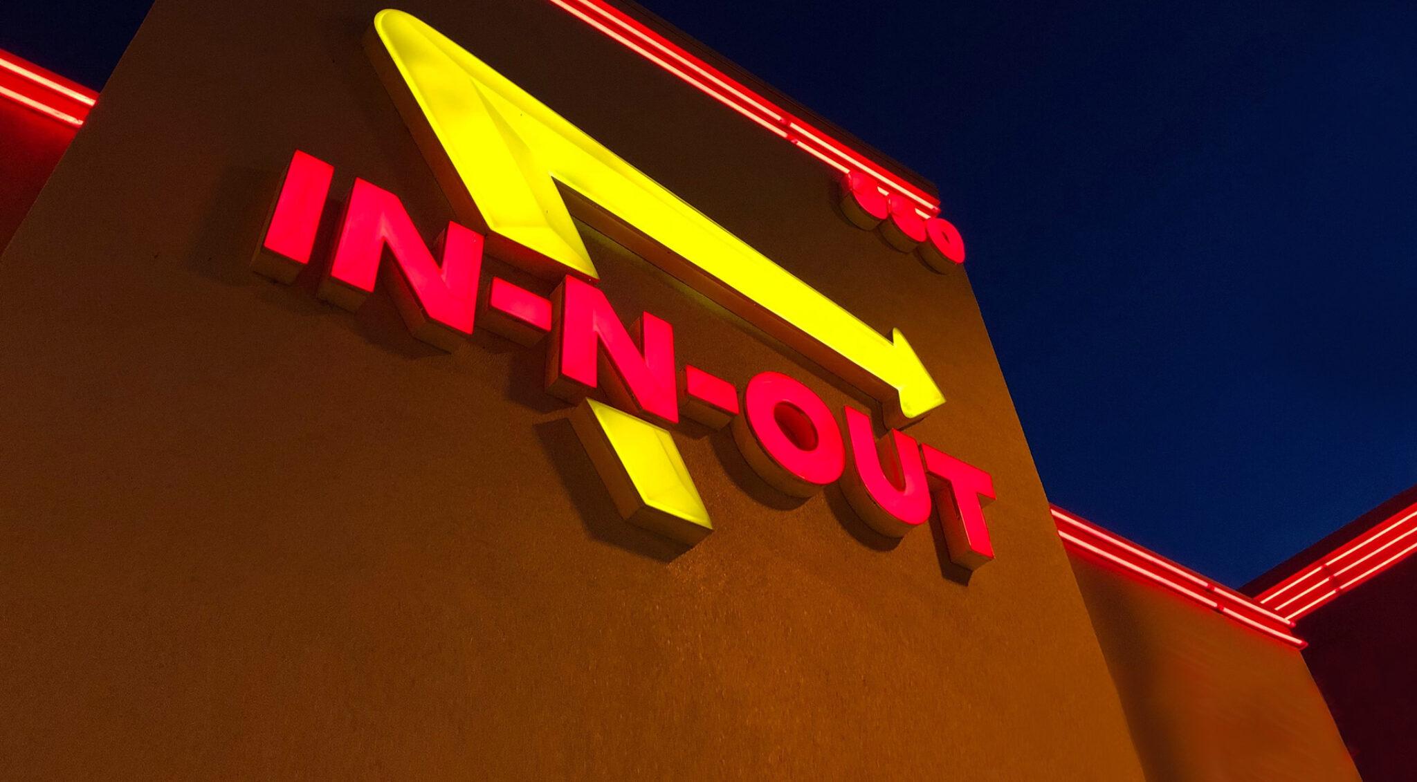"""Neonreklame mit der Aufschrift """"In-n-out""""."""