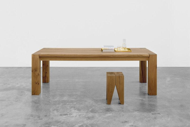 Minimalistischer, geradliniger Tisch und Hocker aus Holz.