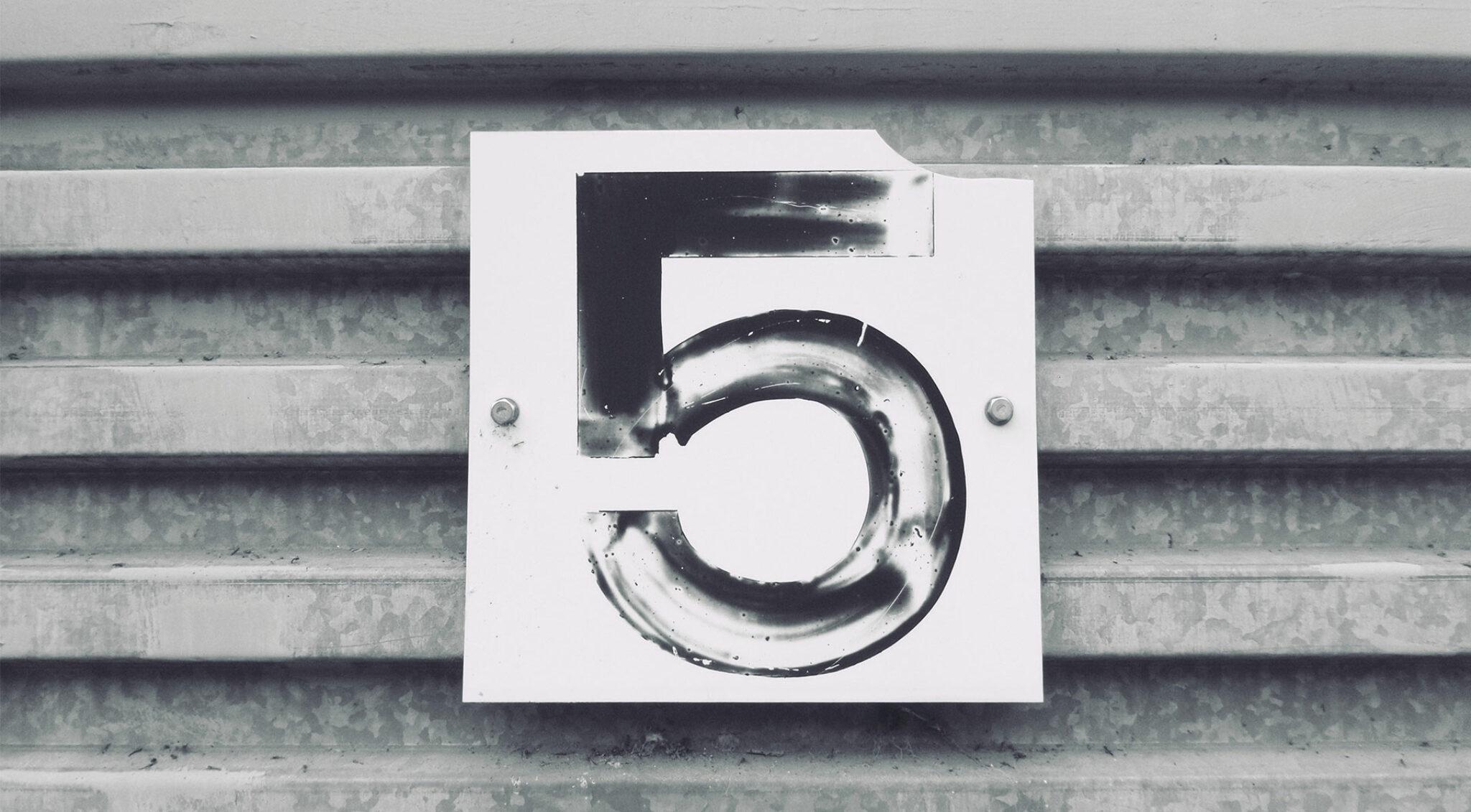 Schild mit der Zahl 5.