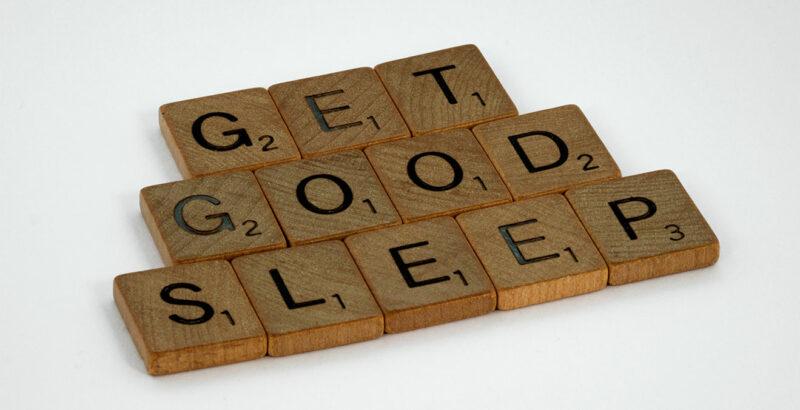 """Der Satz """"Get good sleep"""" aus Scrabble-Steinen gelegt."""