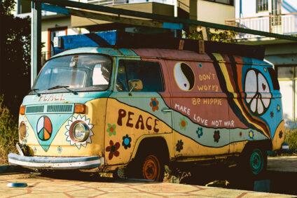 Ein alter, bunt bemalter VW-Bus.