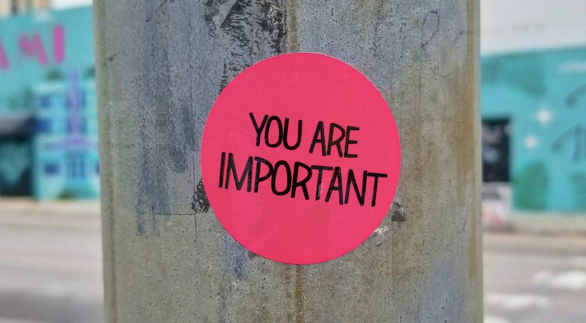 Sticker auf einem Pfosten mit der Aufschrift: You are important.