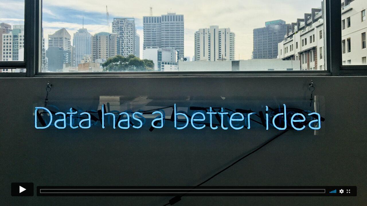 """Neonlichter an einer Wand bilden den Schriftzug """"Data has a better idea""""."""