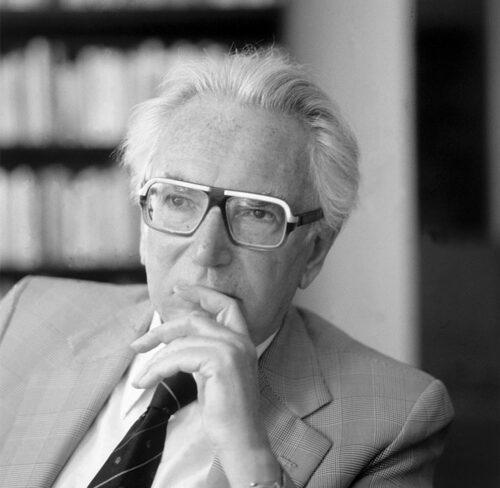 Schwarz-Weiß-Bild von Viktor Frankl.