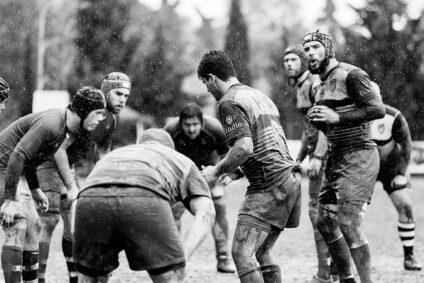 Schwarz-Weiß-Bild eines Rugby-Teams.