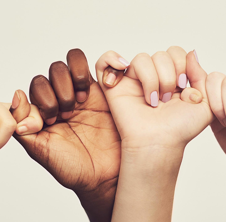 Ineinander verschränkte Hände.
