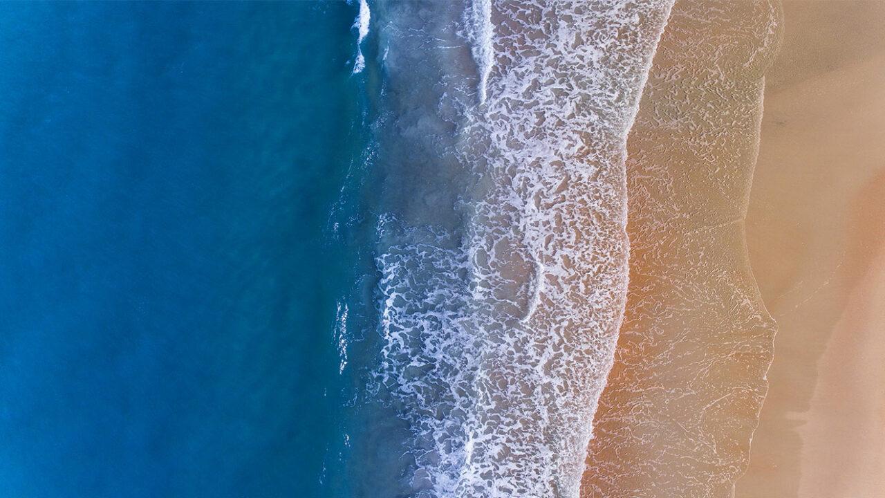 Strand aus der Vogelperspektive.