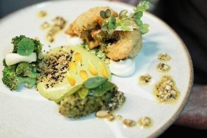 Gericht bestehend aus Brokkoli, Grüne Paprika, Salbei und Zedernkernen.