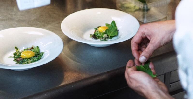 Koch Gerhardinger beim Zubereiten eines Gerichtes.