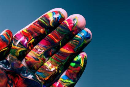Eine Hand voller Farbe.
